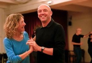 Paar tanzt Disco Fox