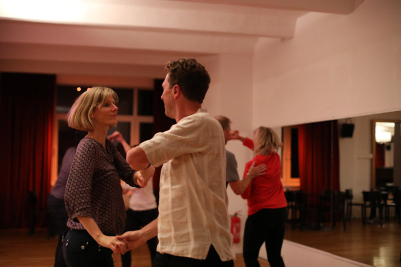 Paar tanzt Salsa