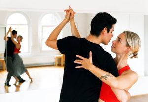 Paar tanzt Tango Argentino