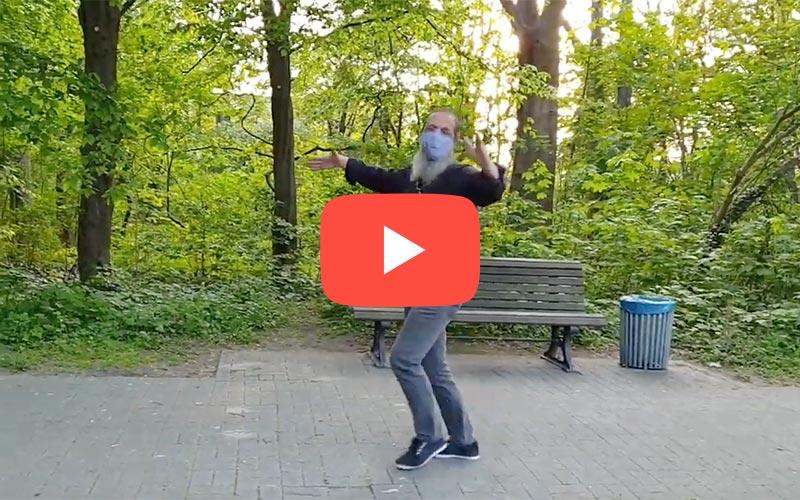 Tanzender Tanzlehrer im Park